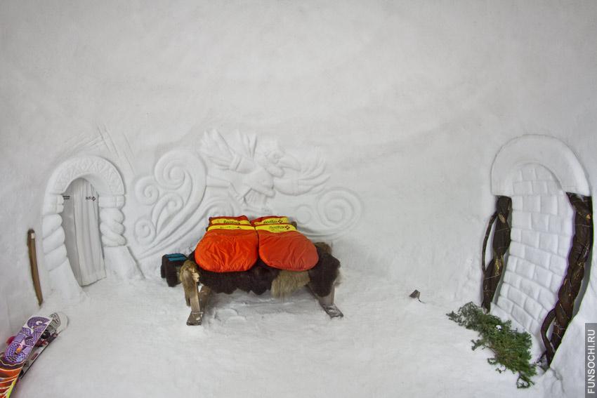 Кровать в снежном отеле Красной Поляны