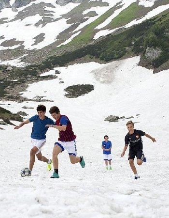 Первый в истории футбольный матч на снегу