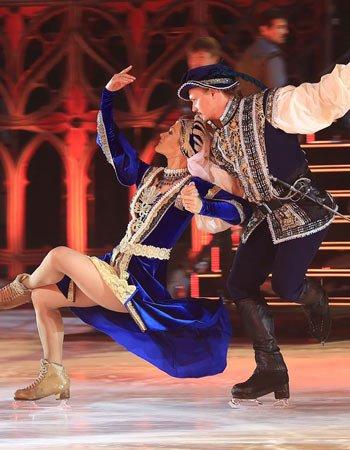 """Танцы со льдом: катания на коньках в декорациях ледового спектакля """"Ромео и Джульетта"""""""