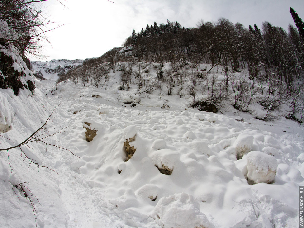Лавинный вынос в русле ручья первого цирка. Ледяные глыбы размером почти с человека.