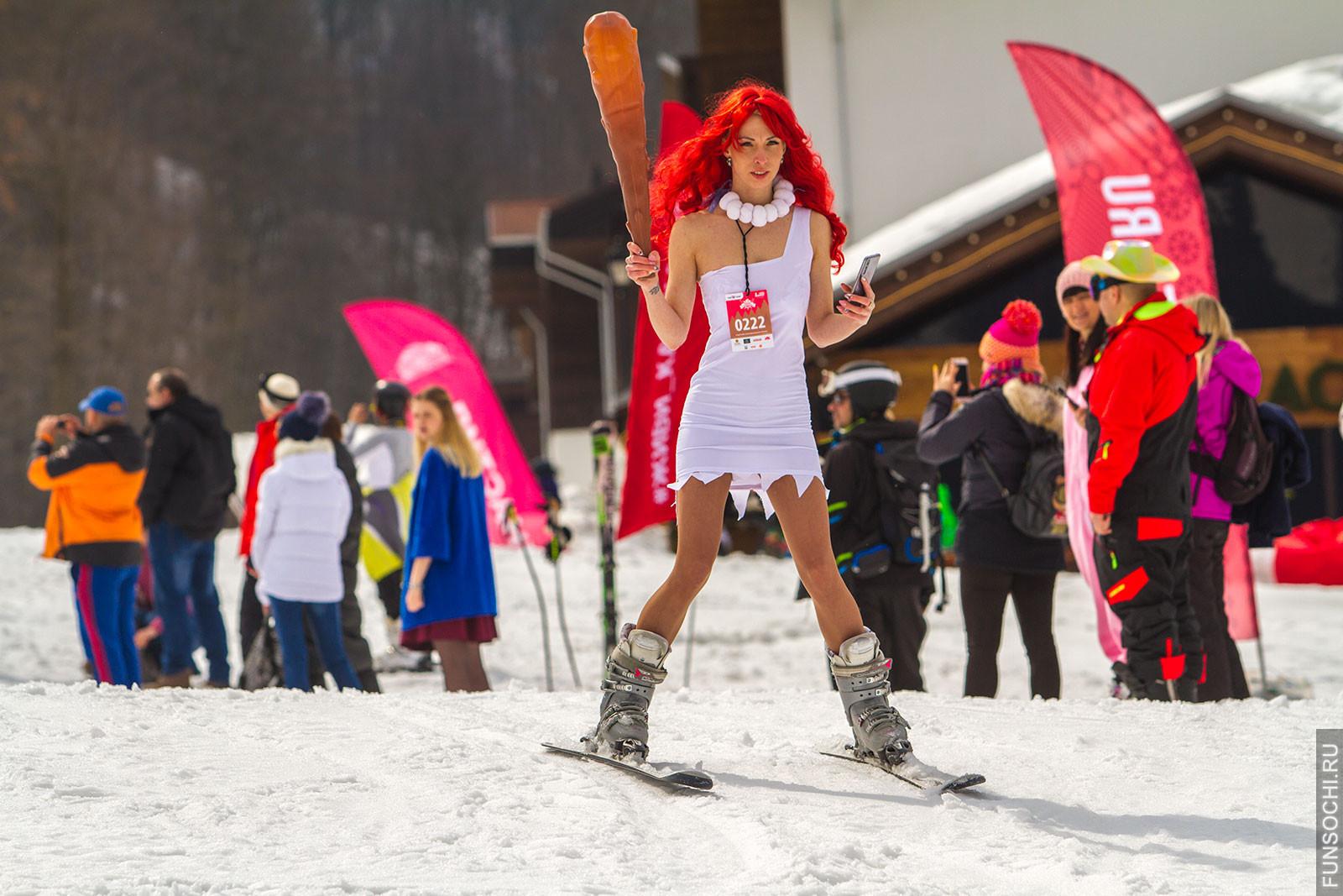 Девушка на лыжах в костюме доисторической женщины