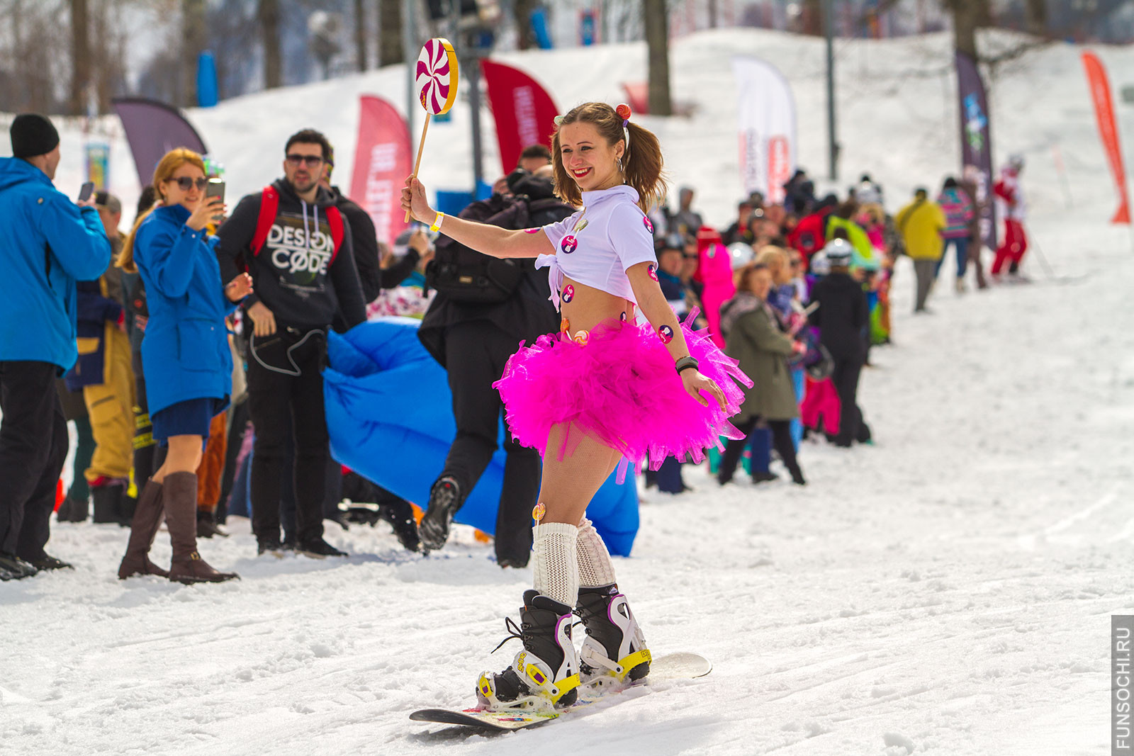 девушка на сноуборде в карнавальном костюме