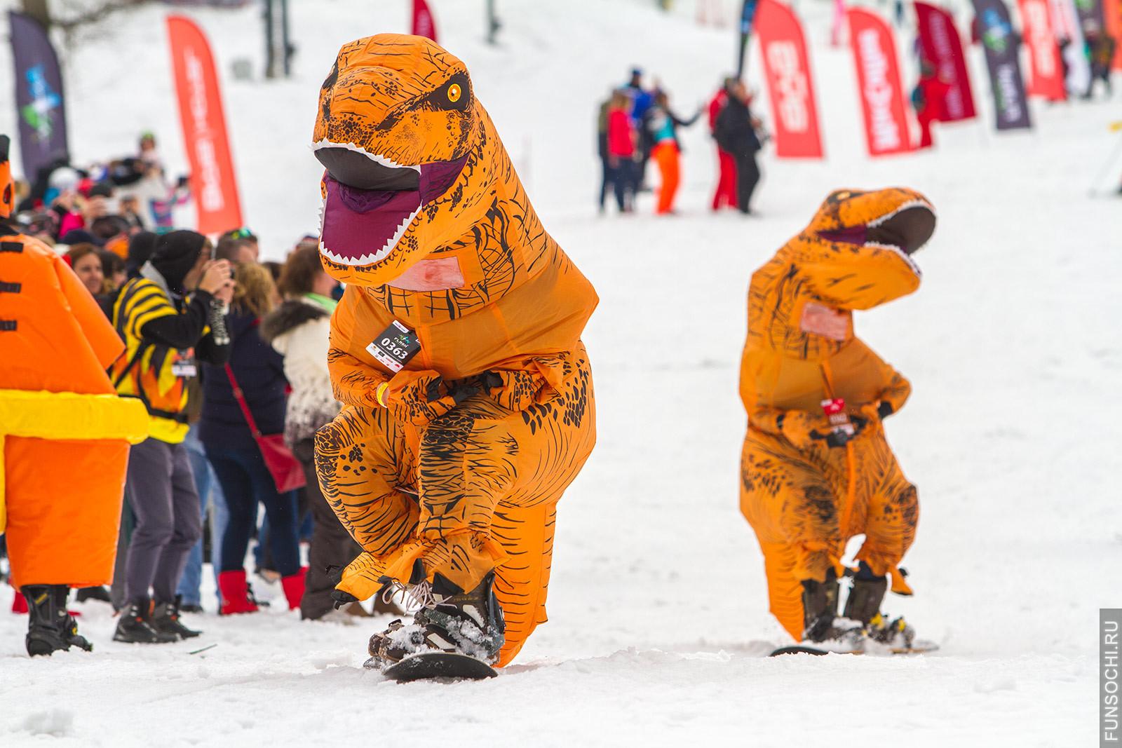 Сноубордисты в костюме динозавров карнавальный спуск