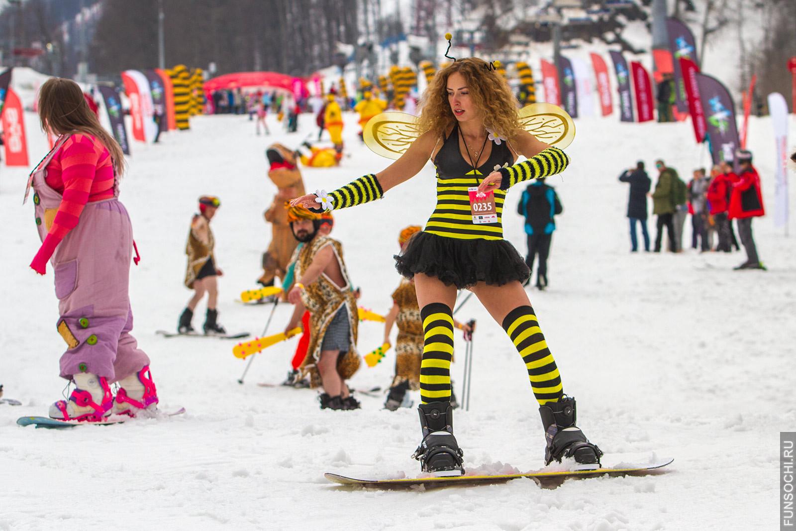 Сноубордистка в костюме пчелы