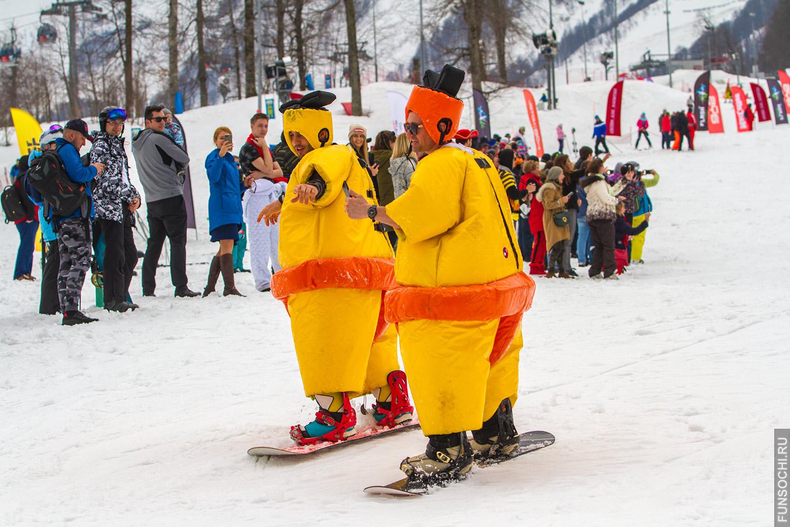Сноубордисты в костюме сумоистов
