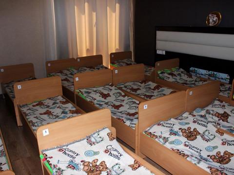Спальная комната в детском саде-школе Согласие