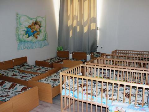 Спальная комната 2 в детском саде-школе Согласие