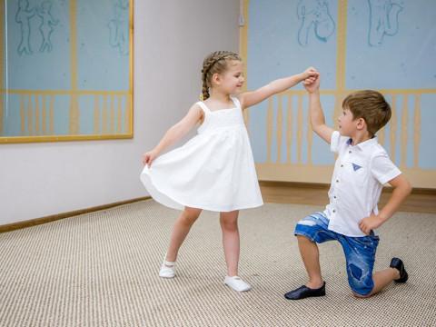 Мальчик и девочка танцуют