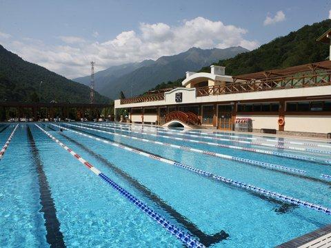 Спортивный открытый плавательный бассейн 50 м в горах Сочи