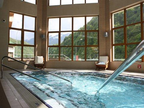 Крытый бассейн с видом на горы