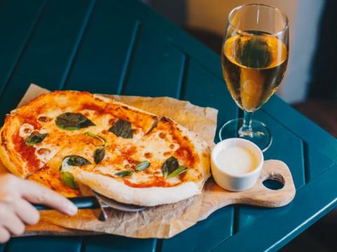 Неаполитанская пицца в баре Как Мы Любим