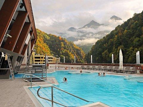 Открытый бассейн с видом на горы и джакузи в аквапарке Галактика
