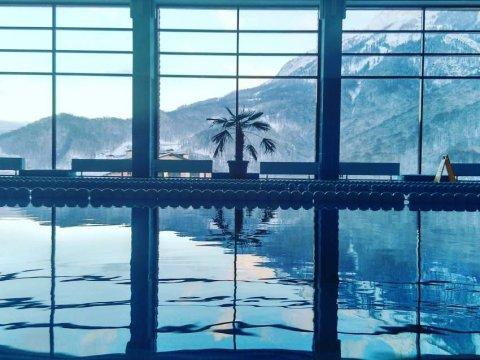 бассейн с панорамным видом на горы
