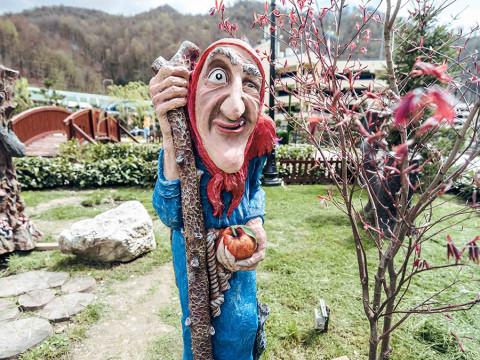 Герои сказок в парке в горах Сочи