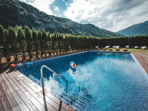 Открытый бассейн с артезианской водой из скважины в Красной Поляне