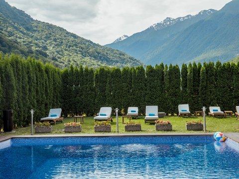 Приватная зона отдыха с открытым бассейном вдоль горной реки Лаура, в горах Сочи