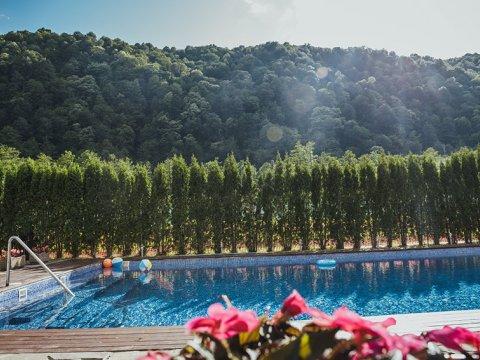 Открытый плавательный бассейн «Горный Источник» Гранд Отель Поляна ГТЦ Газпром