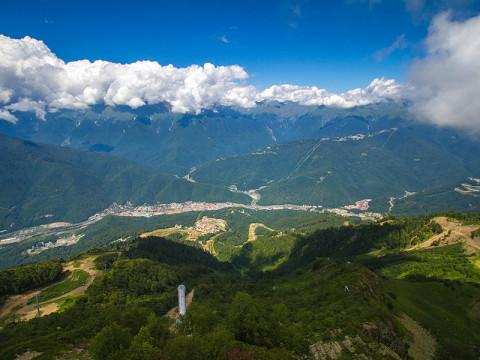 Шикарный вид с обзорной площадки в горах