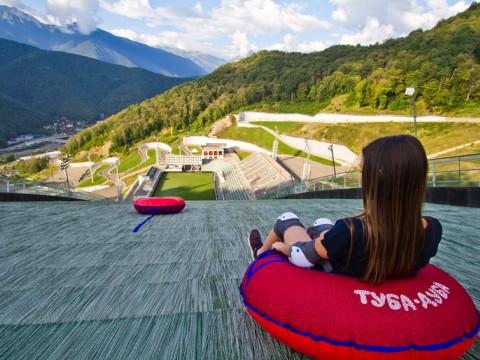 Спуск на тюбинге с Олимпийского трамплина в Сочи