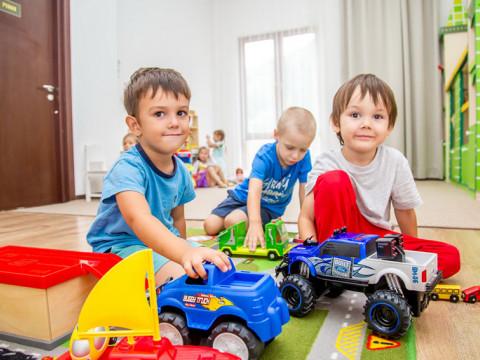 Мальчики играют в игрушки