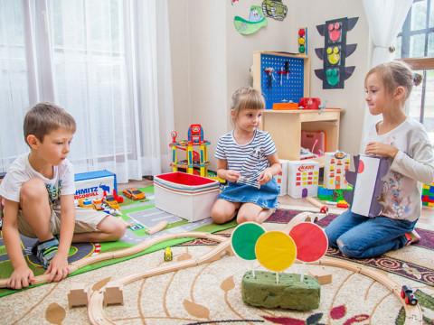 Детки играют в детском саде Согласие