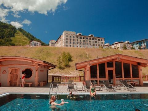 Баня с бассейном и видом на горы