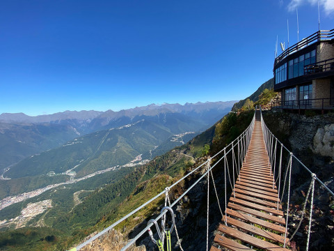 Подвесной деревянный мост в горах Сочи
