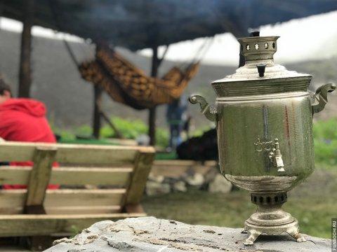 Уютная чилл зона в палаточном лагере