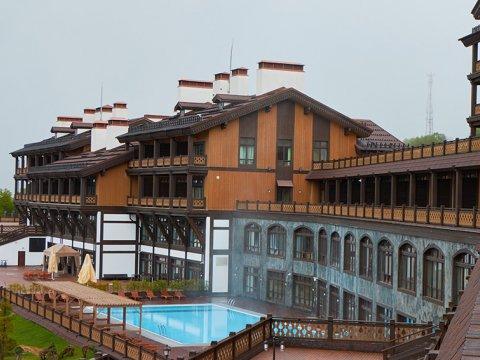 открытый бассейн с видом на горы в гостинице «Поляна 1389»