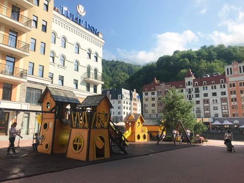 Детская площадка у отеля Golden Tulip