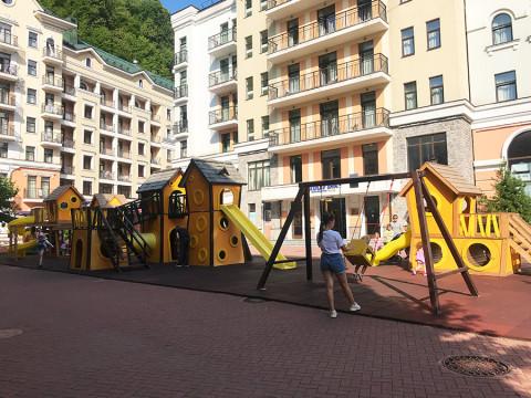 Детская площадка рядом с surf coffee
