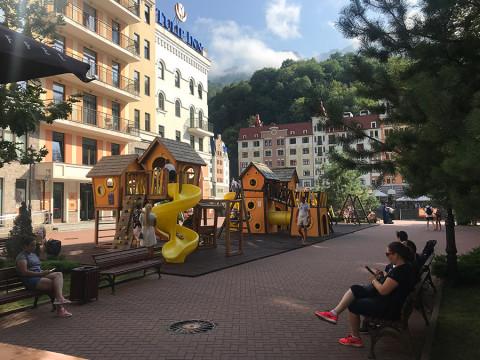 Детская площадка рядом с серф кофе