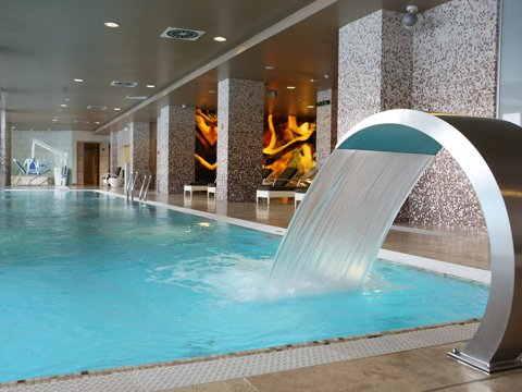 Внутренний бассейн в Chandelle Blanche spa