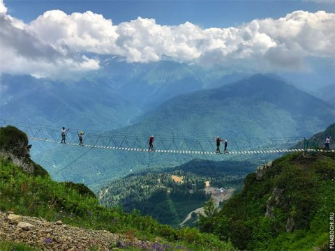 Подвесной мост над облаками на Роза Хутор