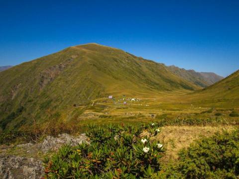 Вид на палаточный лагерь в горах Сочи
