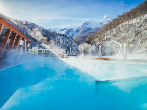 Открытый подогреваемый бассейн в горах Красной Поляны