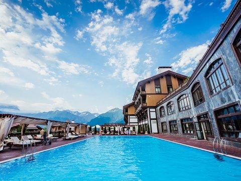 открытый бассейн в горах Сочи с видом на заповедник